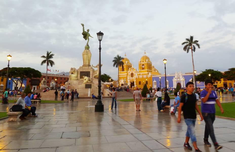 """A cidade de Trujillo, localizada ao norte do país, é a porta de entrada para acessar os belos sítios arqueológicos que caracterizam o Peru. No entanto, há muito mais do que isso por aqui. Considerada uma das primeiras cidades fundadas pelos espanhóis na <a href=""""http://viajeaqui.abril.com.br/continentes/america-do-sul"""" target=""""_blank"""">América do Sul</a>, ela possui um Centro Histórico repleto de construções datadas da era republicana, entre as quais destaca-se a Catedral de Santa María e o Palácio do Governo"""