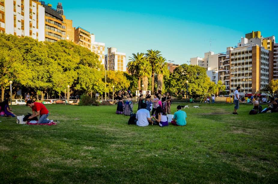 Localizada no Centro da cidade, a Plaza de la Intendencia conta com uma bela e ampla área verde. Ela é cercada pelo Palacio de Justiça e pelo Palacio Municipal 6 de Julio
