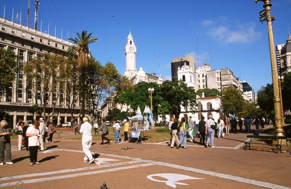 <strong>9. Plaza de Mayo</strong> (170 metros)    A praça recebeu esse nome graçàs à Revolução de Maio de 1810, que teve início ali – o local, aliás, é onde começam as manifestações políticas há mais de três séculos.<em>Avenida Hipólito Irigoyen</em>