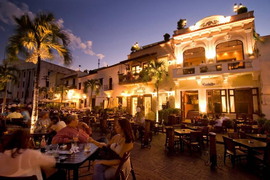A Plaza España, junto ao rio Ozama, reúne uma série de agradáveis restaurantes e bares, tudo com um ar colonial ibérico