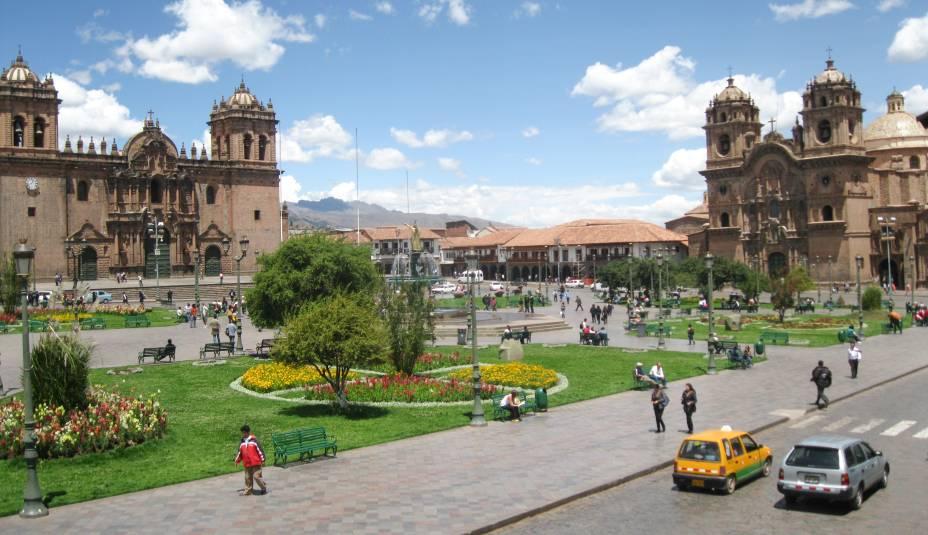 """<strong>Plaza de Armas – <a href=""""https://viagemeturismo.abril.com.br/cidades/cusco-2/"""" target=""""_blank"""" rel=""""noopener"""">Cusco</a> – <a href=""""https://viagemeturismo.abril.com.br/paises/peru-3/"""" target=""""_blank"""" rel=""""noopener"""">Peru</a></strong> Conhecida entre os incas como lugar de encontro (""""Huacaypata"""", no original inca), a praça é o marco de todo o Centro Histórico muito antes da dominação espanhola. O lugar era considerado um importante setor cerimonial do Império Inca. Ela concentra as construções mais impactantes de Cusco e os principais serviços voltados para o visitante, como casas de câmbio, restaurantes e agências de turismo. Foi ali que o colonizador espanhol Francisco Pizarro declarou a conquista da cidade. Hoje, duas bandeiras ficam hasteadas na praça: a branca e vermelha peruana e a do Tehuantisuyo, colorida com as cores do arco-íris que representam os quatro cantos do império inca<em><a href=""""https://www.booking.com/searchresults.pt-br.html?aid=332455&sid=d98f25c4d6d5f89238aebe98e11a09ba&sb=1&src=searchresults&src_elem=sb&error_url=https%3A%2F%2Fwww.booking.com%2Fsearchresults.pt-br.html%3Faid%3D332455%3Bsid%3Dd98f25c4d6d5f89238aebe98e11a09ba%3Btmpl%3Dsearchresults%3Bac_click_type%3Db%3Bac_position%3D0%3Bcity%3D-553173%3Bclass_interval%3D1%3Bdest_id%3D-129709%3Bdest_type%3Dcity%3Bdtdisc%3D0%3Bfrom_sf%3D1%3Bgroup_adults%3D2%3Bgroup_children%3D0%3Binac%3D0%3Bindex_postcard%3D0%3Blabel_click%3Dundef%3Bno_rooms%3D1%3Boffset%3D0%3Bpostcard%3D0%3Braw_dest_type%3Dcity%3Broom1%3DA%252CA%3Bsb_price_type%3Dtotal%3Bsearch_selected%3D1%3Bshw_aparth%3D1%3Bslp_r_match%3D0%3Bsrc%3Dsearchresults%3Bsrc_elem%3Dsb%3Bsrpvid%3D3ab77ca2f0e202d4%3Bss%3DSiena%252C%2520Toscana%252C%2520It%25C3%25A1lia%3Bss_all%3D0%3Bss_raw%3Dsiena%3Bssb%3Dempty%3Bsshis%3D0%3Bssne%3DPraga%3Bssne_untouched%3DPraga%26%3B&ss=Cusco%2C+Cusco%2C+Peru&is_ski_area=&ssne=Siena&ssne_untouched=Siena&city=-129709&checkin_year=&checkin_month=&checkout_year=&checkout_month=&group_adults=2&group_children=0&no_r"""