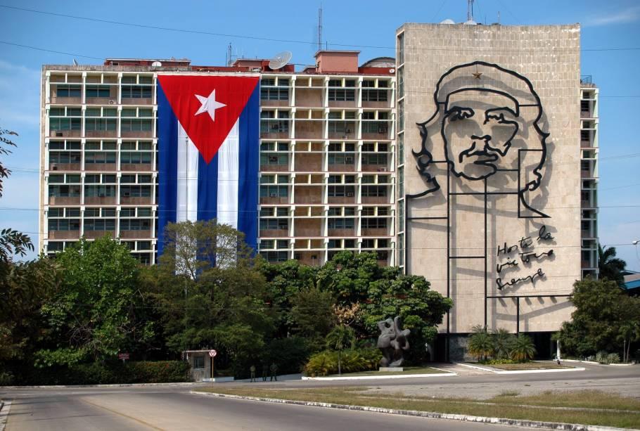 """<strong>Plaza de la Revolución –</strong><a href=""""http://viajeaqui.abril.com.br/cidades/cuba-havana"""" target=""""_blank"""" rel=""""noopener""""><strong>Havana</strong></a><strong> – <a href=""""https://viagemeturismo.abril.com.br/paises/cuba-2/"""" target=""""_blank"""" rel=""""noopener"""">Cuba </a></strong> Com 32 mil metros quadrados, é uma das maiores praças do mundo. Com uma área aberta muito grande e poucos monumentos além da torre dedicada a José Martí, sua característica mais notável são as imagens de Che Guevara e Camilo Cienfuegos em relevo escultórico, ambas do artista Enrique Ávila, instaladas nos edifícios do Ministério do Interior e Ministério de Informática e Comunicações, respectivamente. A imagem de Che (foto) é uma estilização da conhecida fotografia do revolucionário, tirada por Alberto Korda<a href=""""https://www.booking.com/searchresults.pt-br.html?aid=332455&sid=d98f25c4d6d5f89238aebe98e11a09ba&sb=1&src=searchresults&src_elem=sb&error_url=https%3A%2F%2Fwww.booking.com%2Fsearchresults.pt-br.html%3Faid%3D332455%3Bsid%3Dd98f25c4d6d5f89238aebe98e11a09ba%3Btmpl%3Dsearchresults%3Bac_click_type%3Db%3Bac_position%3D0%3Bclass_interval%3D1%3Bdest_id%3D-755070%3Bdest_type%3Dcity%3Bdtdisc%3D0%3Bfrom_sf%3D1%3Bgroup_adults%3D2%3Bgroup_children%3D0%3Biata%3DIST%3Binac%3D0%3Bindex_postcard%3D0%3Blabel_click%3Dundef%3Bno_rooms%3D1%3Boffset%3D0%3Bpostcard%3D0%3Braw_dest_type%3Dcity%3Broom1%3DA%252CA%3Bsb_price_type%3Dtotal%3Bsearch_selected%3D1%3Bshw_aparth%3D1%3Bslp_r_match%3D0%3Bsrc%3Dsearchresults%3Bsrc_elem%3Dsb%3Bsrpvid%3D64547d774647003e%3Bss%3DIstambul%252C%2520Marmara%2520Region%252C%2520Turquia%3Bss_all%3D0%3Bss_raw%3Distambul%3Bssb%3Dempty%3Bsshis%3D0%3Bssne%3DIr%25C3%25A3%3Bssne_untouched%3DIr%25C3%25A3%26%3B&ss=Havana%2C+Ilhas+Caribenhas%2C+Cuba&is_ski_area=&ssne=Istambul&ssne_untouched=Istambul&city=-755070&checkin_year=&checkin_month=&checkout_year=&checkout_month=&group_adults=2&group_children=0&no_rooms=1&from_sf=1&ss_raw=HAVANA&ac_position=0&ac_langcode=xb&ac_click_type=b&dest"""