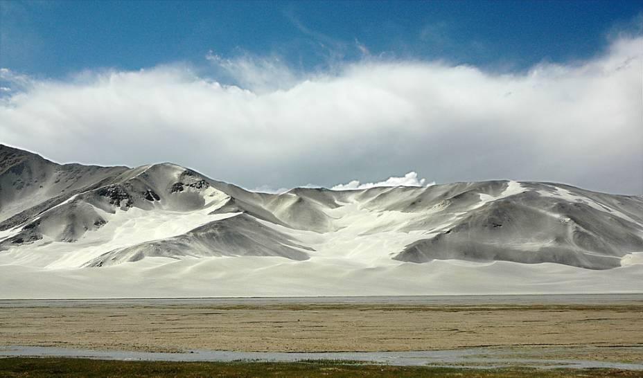 <strong>5. Rodovia do Karakoram, China-Paquistão</strong>A cordilheira do Karakoram possui alguns dos mais altos e belos picos do planeta: K2, Gasherbrum I e II e Broad Peak, todos com mais de 8 mil metros altitude. Localizada entre Xinjiang, na China, e o Paquistão, a estrada é considerada a rodovia pavimentada mais alta do mundo, chegando a mais de 4,6 mil metros de altitude.
