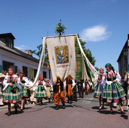 """<strong>Polônia </strong>No dia de Corpus Christi, em 7 de junho, mulheres e crianças com vestidos listrados desfilam pelas ruas charmosas de Lowicz, na <a href=""""http://viajeaqui.abril.com.br/paises/polonia"""" rel=""""Polônia"""" target=""""_blank"""">Polônia</a>. A celebração é uma das mais importantes do calendário local. Além do fervor católico, a região é conhecida pelos ricos palácios, pela cerveja barata, além dos vestígios da Segunda Guerra Mundial"""
