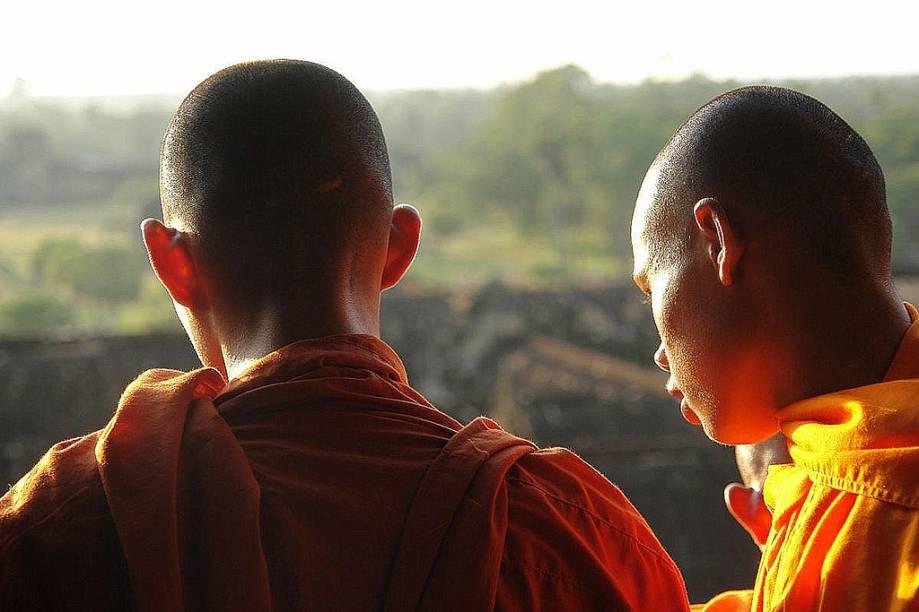Jovens monges budistas em Polonnaruwa