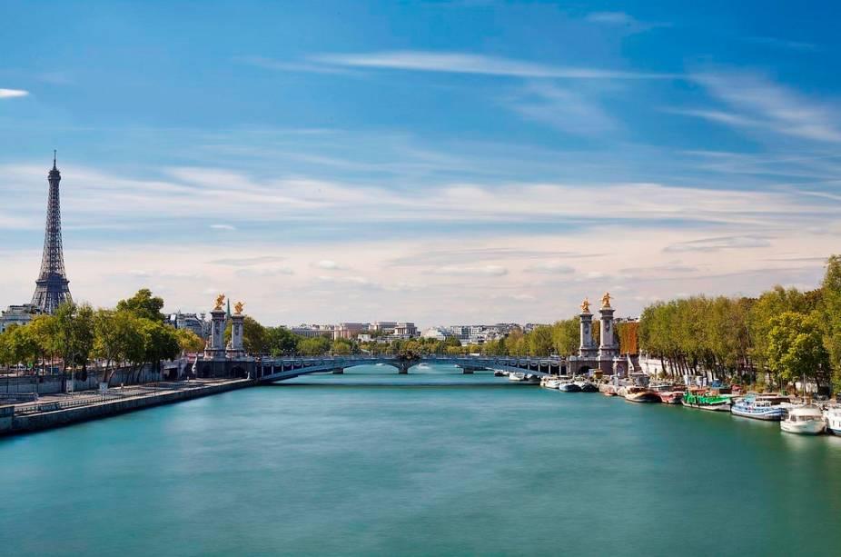 A Ponte Alexandre III, a mais bela ponte de Paris, une a Esplanade des Invalides e os palácios Grand e Petit Palais