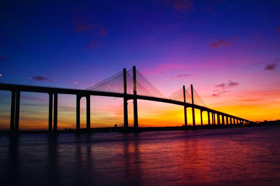Em Natal (RN), é possível passear de barco sobre o rio Potengi para ver o pôr do sol. O passeio sai do Iate Clube de Natal às 16h, e dele se vê o céu se tingir de laranja e vermelho. O sol se esconde no rio ao som de canções entoadas por artistas locais