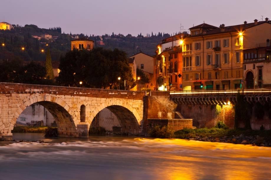 """<strong><a href=""""http://viajeaqui.abril.com.br/cidades/italia-verona"""" rel=""""Verona"""" target=""""_blank"""">Verona</a>, Itália</strong>    William Shakespeare nunca esteve em <a href=""""http://viajeaqui.abril.com.br/cidades/italia-verona"""" target=""""_blank"""">Verona</a>, mas acertou em cheio quando a elegeu como cenário para o drama de <em>Romeu e Julieta</em>. A história é ficção, portanto a famigerada <a href=""""http://viajeaqui.abril.com.br/estabelecimentos/italia-verona-atracao-casa-di-giulietta"""" rel=""""sacada da jovem Capuleto"""" target=""""_blank"""">sacada da jovem Capuleto</a> é uma esperta invenção turística. Todavia, lá e cá estarão pátios, praças e pontes que sugerem paixões desesperadas.    Listada como patrimônio da humanidade pela Unesco, a cidade possui um belo centro histórico, englobando a Piazza del Signori e o nada romântico <a href=""""http://viajeaqui.abril.com.br/estabelecimentos/italia-verona-atracao-arena-di-verona"""" target=""""_blank"""">anfiteatro romano</a>"""