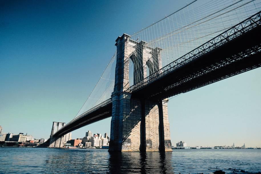 Situada sobre o Rio East, a Ponte do Brooklyn possui quase dois quilômetros de extensão e foi erguida em estilo gótico. Hoje, ela é um dos grande cartões-postais de Nova York, visitada em larga escala pelos turistas