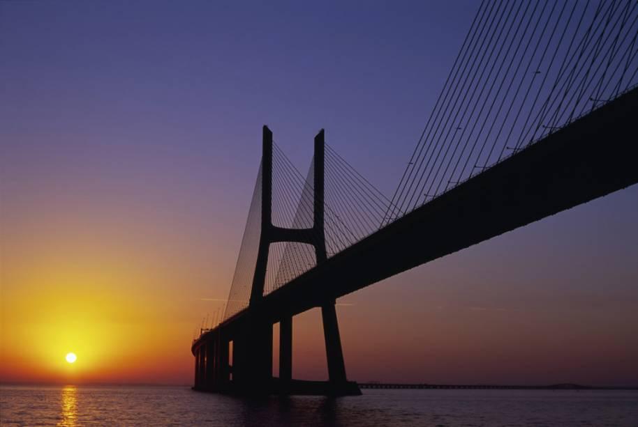 Inaugurada em 1998, a<strong> Ponte Vasco da Gama, em Lisboa</strong>é a maior da Europa, com 17 quilômetros de comprimento. Tem 150 metros de altura, está entre as construções mais altas de Portugal