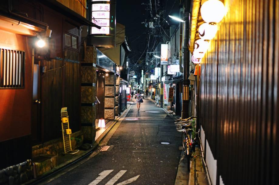 Pontocho é uma longa, escura e estreita ruela, quase um beco. Em qualquer lugar do mundo seria um lugar potencialmente perigoso, mas no Japão isso nunca é um problema