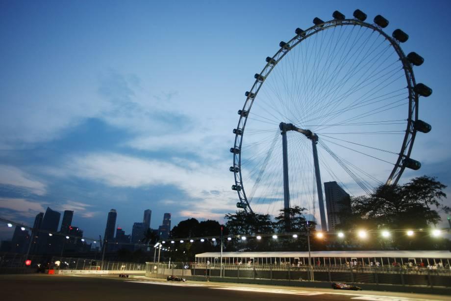 """Com 165 metros de altura (o equivalente a um prédio de 42 andares), a roda-gigante de observação de <a href=""""http://viajeaqui.abril.com.br/paises/cingapura"""" target=""""_blank"""">Cingapura</a> já foi a maior do mundo – hoje é uma das grandes atrações da Ásia toda. Lá do alto é possível admirar o skyline de Marina Bay e, dependendo do clima, dá para ver pedacinhos das vizinhas <a href=""""http://viajeaqui.abril.com.br/paises/malasia"""" target=""""_self"""">Malásia</a> e <a href=""""http://viajeaqui.abril.com.br/paises/indonesia"""" target=""""_self"""">Indonésia</a>. São 28 cabines com ar-condicionado com capacidade para 28 passageiros cada e, mediante reserva, é possível jantar lá mesmo. Uma volta completa dura cerca de 30 minutos e mestres do Feng Shui convenceram os operadores a mudar a direção de sentido anti-horário para sentido horário. Lojinhas, bares e restaurantes ao seu redor também valem o passeio"""