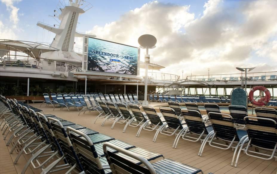 Deck da piscina do navio de cruzeiros Splendour of the Seas, da companhia Royal Caribbean International.
