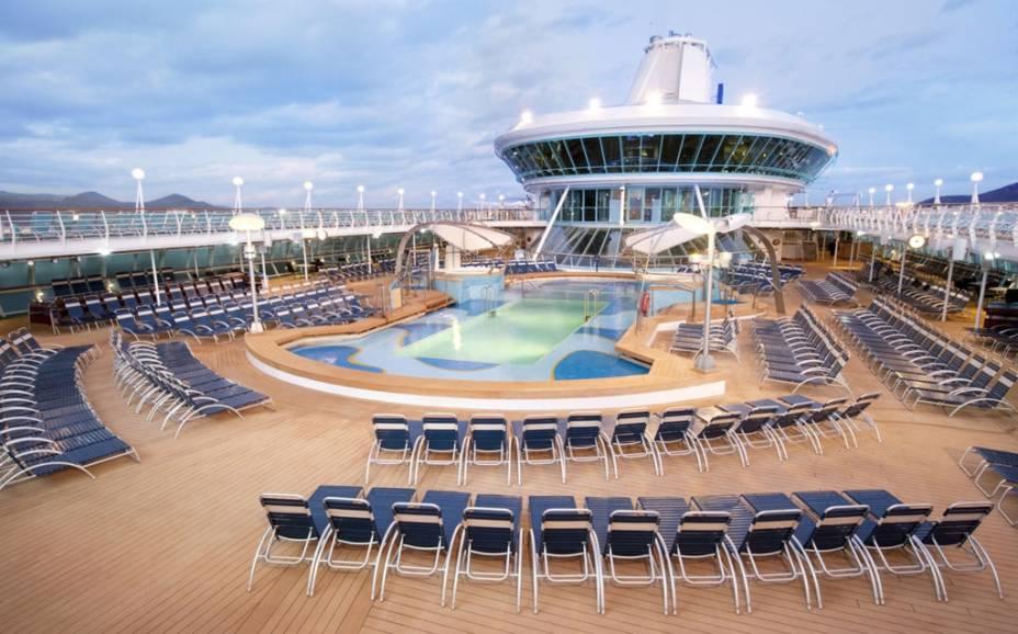 Piscina do navio de cruzeiros Splendour of the Seas, da companhia Royal Caribbean International.