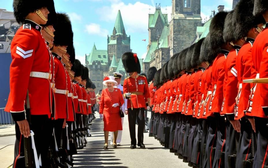 """Em 1° de Julho de 1867, três províncias coloniais britânicas (Nova Scotia, New Brunswick e <a href=""""http://viajeaqui.abril.com.br/paises/canada"""" target=""""_blank"""">Canadá </a>– posteriormente divididas em Quebec e Ontário) receberam o status de monarquia constitucional independente do Reino Unido. O monarca ainda seria o titular em Londres, mas constituição e parlamento seriam próprios. Em suma, um novo país surgia.Várias paradas militares, festas e comemorações ocorrem em todo o país, principalmente na capital Ottawa, onde membros da família real britânica costumam marcar ponto, como a própria rainha Elizabeth II (foto)"""