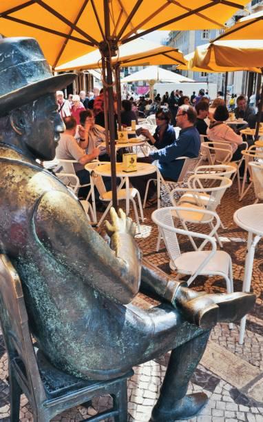<strong>Fernando Pessoa</strong> de bronze no café A Brasileira, em Lisboa, Portugal