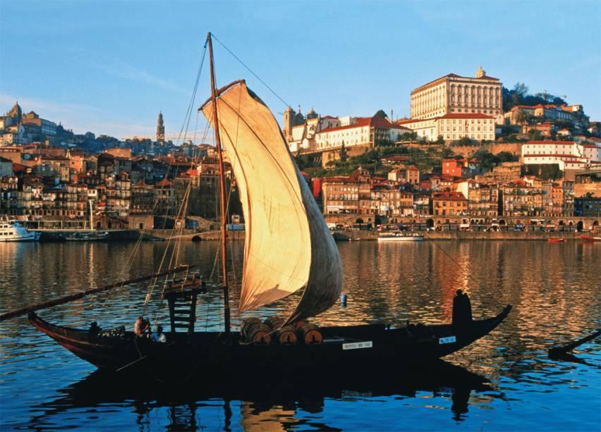 Barco turístico de transporte de vinho no Rio Douro