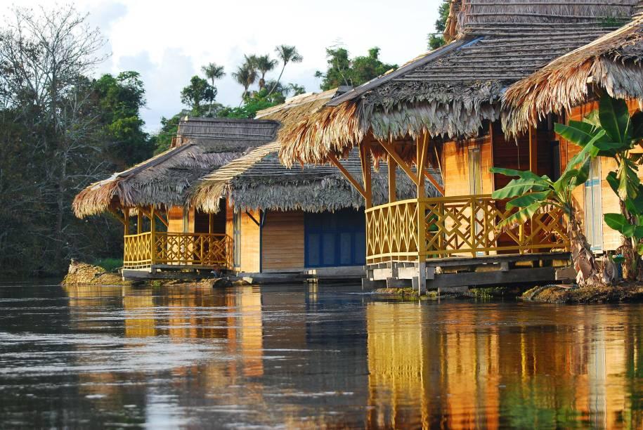 """<a href=""""http://uakarilodge.com.br/"""" target=""""_blank"""" rel=""""noopener""""><strong>Pousada Flutuante Uakari</strong> </a>A Pousada Uakari fica no meio da Floresta Amazônica, na Reserva de desenvolvimento sustentável Mamirauá, com mais de 1 milhão de hectares e rica fauna: há desde o macaco uacari, fácil de encontrar, até a onça-pintada. O hotel é um dos locais favoritos dos observadores de aves e pesquisadores – muitos deles até palestram para os hóspedes. Da varanda e da janela dos quartos, veem-se o encontro de dois rios e a mata exuberante. Tem wi-fi e energia durante boa parte do dia; e ainda oferece serviço de lavanderia. A simpática equipe é composta por biólogos e guias locais muito bem-treinados. O quarto tem banho quente e ventilador ligado por 12 horas"""