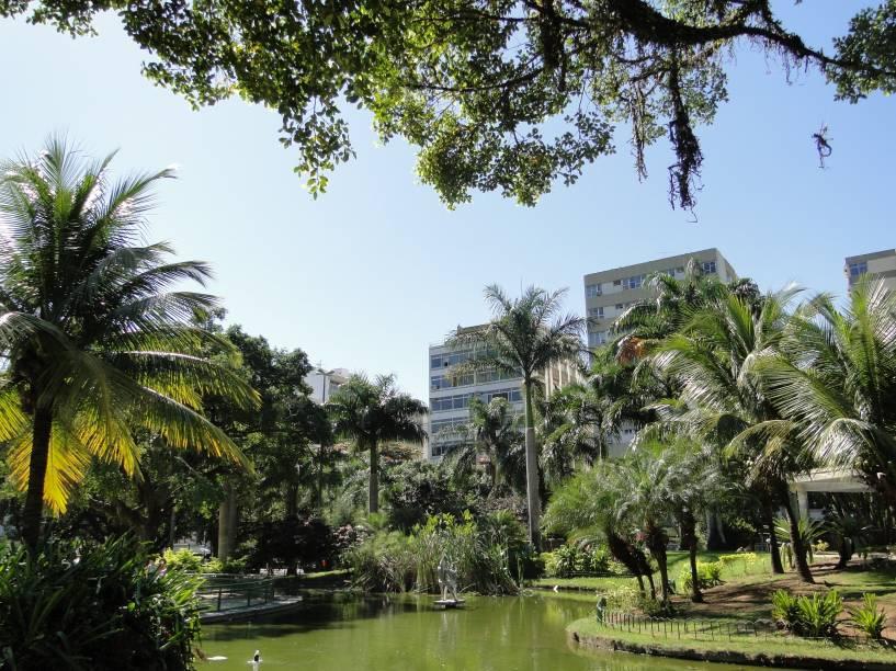 <strong>5. PRAÇA NOSSA SENHORA DA PAZ</strong> (350 metros)            Espaço arborizado com laguinho e área de lazer, ideal para descansar.            <em>Endereço: Rua Visconde de Pirajá, 339, Ipanema</em>