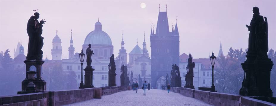 A famosa Ponte Carlos, sobre o Rio Vlatva, em Praga, com a Cidade Velha ao fundo