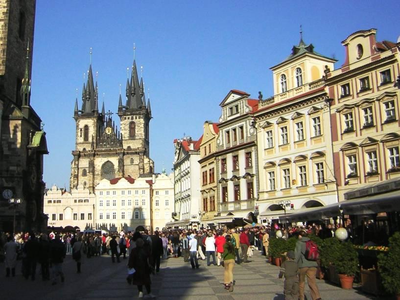 """<strong>Praça da Cidade Velha (Staroměstské náměstí) – <a href=""""https://viagemeturismo.abril.com.br/cidades/praga-8/"""" target=""""_blank"""" rel=""""noopener"""">Praga</a> – <a href=""""https://viagemeturismo.abril.com.br/paises/republica-tcheca/"""" target=""""_blank"""" rel=""""noopener"""">República Tcheca</a></strong> Dominando o centro velho, a Staromestké Nám, como é conhecida pelos locais, é a mais famosa praça de Praga, dominada pelas torres góticas da igreja de Nossa Senhora de Týn e pela barroca Igreja de São Nicolas. É um grande espaço recheado por artistas de rua, lojas de suvenir, restaurantes e turistas de todas as idades, que se concentram de hora em hora para fotografar o Relógio Astronômico da Antiga Prefeitura e sua procissão de bonecos que anunciam a chegada de uma nova hora. O relógio fica na mesma torre onde foram gravadas cenas antológicas do filme """"Um Dia, Um Gato"""", clássico checo de 1963. Sugerimos ver a vida passar em um dos muitos bares da praça. As bebidas são mais caras aqui, mas é o preço para ter uma vista tão agradável<em><a href=""""https://www.booking.com/searchresults.pt-br.html?aid=332455&sid=d98f25c4d6d5f89238aebe98e11a09ba&sb=1&src=searchresults&src_elem=sb&error_url=https%3A%2F%2Fwww.booking.com%2Fsearchresults.pt-br.html%3Faid%3D332455%3Bsid%3Dd98f25c4d6d5f89238aebe98e11a09ba%3Btmpl%3Dsearchresults%3Bac_click_type%3Db%3Bac_position%3D0%3Bcity%3D-631243%3Bclass_interval%3D1%3Bdest_id%3D-1658079%3Bdest_type%3Dcity%3Bdtdisc%3D0%3Bfrom_sf%3D1%3Bgroup_adults%3D2%3Bgroup_children%3D0%3Biata%3DMEX%3Binac%3D0%3Bindex_postcard%3D0%3Blabel_click%3Dundef%3Bno_rooms%3D1%3Boffset%3D0%3Bpostcard%3D0%3Braw_dest_type%3Dcity%3Broom1%3DA%252CA%3Bsb_price_type%3Dtotal%3Bsearch_selected%3D1%3Bshw_aparth%3D1%3Bslp_r_match%3D0%3Bsrc%3Dsearchresults%3Bsrc_elem%3Dsb%3Bsrpvid%3D773e7c0923780163%3Bss%3DCidade%2520do%2520M%25C3%25A9xico%252C%2520Regi%25C3%25A3o%2520da%2520Cidade%2520do%2520M%25C3%25A9xico%252C%2520M%25C3%25A9xico%3Bss_all%3D0%3Bss_raw%3Dcidade%2520do%2520m%25C3%25A9xico%"""