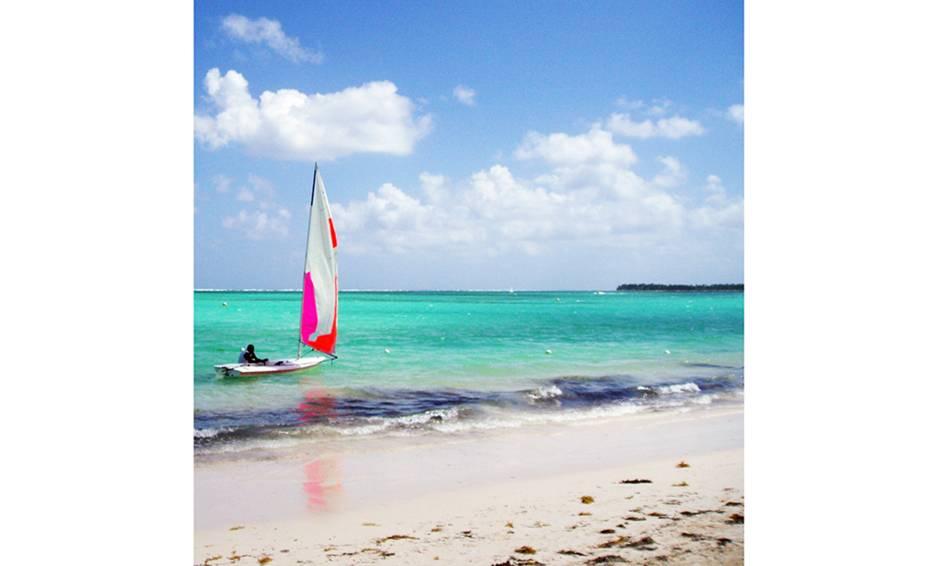 "<strong>PARA ADULTOS</strong> Nas noites só para adultos no <a href=""https://www.barcelo.com/barcelohotels/pt_pt/hoteis/republica-dominicana/punta-cana-praia-bavaro/hotel-barcelo-bavaro-beach/descricao-geral.aspx"" target=""_blank"" rel=""noopener"">Barceló Bávaro Beach</a> os hóspedes podem usufruir de nove restaurantes à la carte, cassino e uma balada, além das instalações do Barceló Bávaro Palace Deluxe."