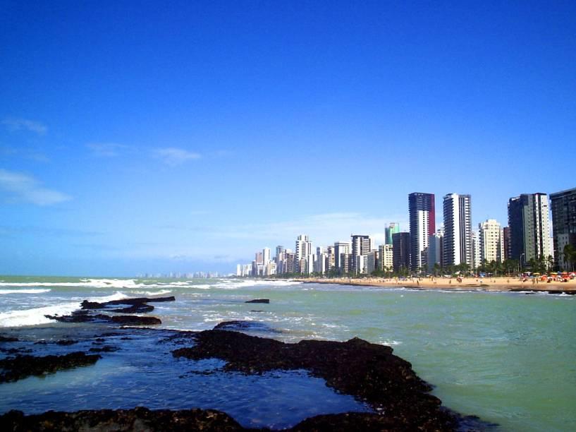 """A <a href=""""http://viajeaqui.abril.com.br/estabelecimentos/br-pe-recife-atracao-praia-boa-viagem/"""" rel=""""praia Boa Viagem"""" target=""""_blank"""">praia Boa Viagem</a> fica perto do aeroporto de <a href=""""http://viajeaqui.abril.com.br/cidades/br-pe-recife"""" rel=""""Recife (PE)"""" target=""""_blank"""">Recife (PE)</a> – por isso, se você tem algumas horas de conexão, vale a pena dar uma esticadinha até lá"""