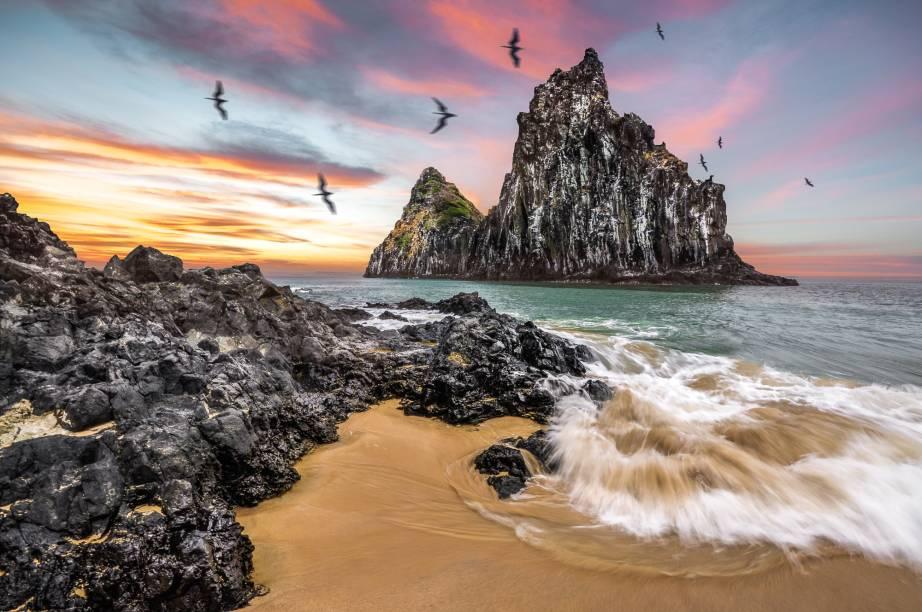 Os 900 metros de areia clara e fofa, pontuada por rochas negras, na<strong> Praia Cacimba do Padre</strong>, são contornados por morros cobertos de vegetação nativa