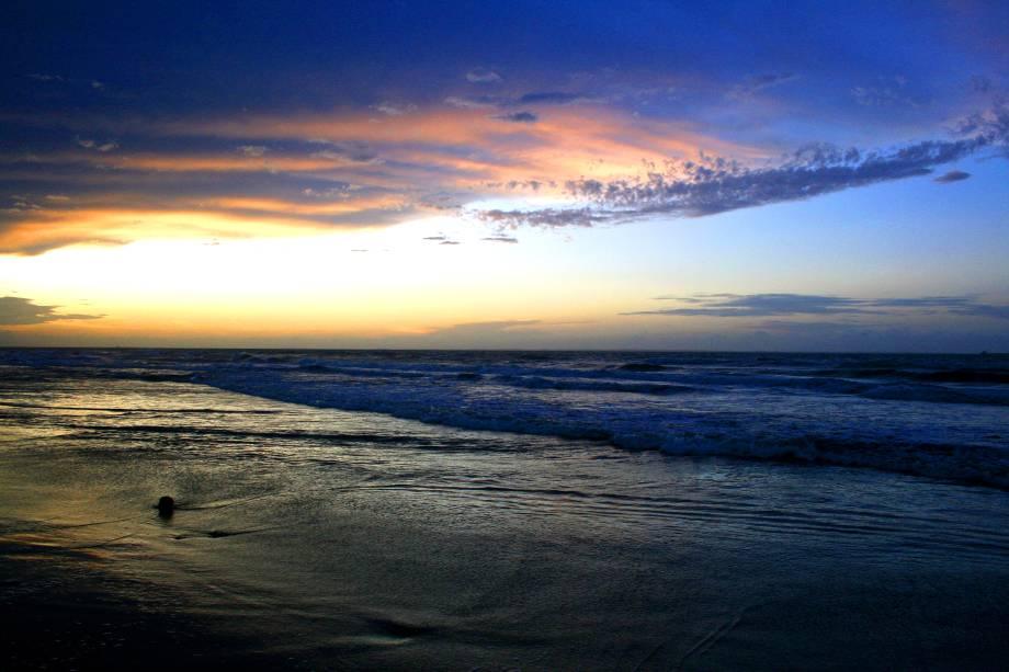 """O mar calmo e a brisa leve da <strong>Praia Calhau</strong>, em <a href=""""http://viajeaqui.abril.com.br/cidades/br-ma-sao-luis"""" rel=""""São Luís"""" target=""""_blank"""">São Luís</a>, a tornam um lugar ideal para curtir um pôr do sol e comer um petisco em um dos seus quiosques ou restaurantes. À noite, é comum ver shows de música"""