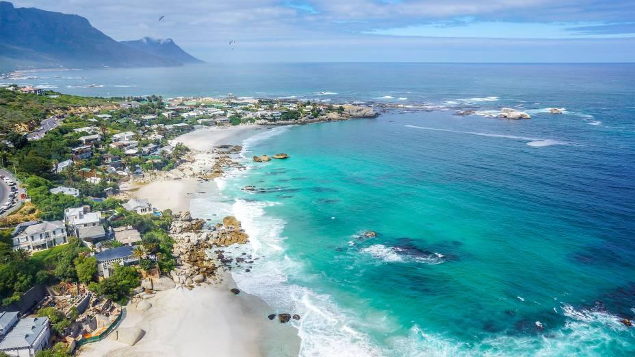 """Uma das praias mais lindas (e mais famosas) da <a href=""""http://viajeaqui.abril.com.br/cidades/africa-do-sul-cidade-do-cabo/"""" rel=""""Cidade do Cabo"""" target=""""_blank"""">Cidade do Cabo</a> é aClifton – ali, prepare-se para enfrentar fortes ventanias, ideias para a prática de windsurfe e kitesurfe"""