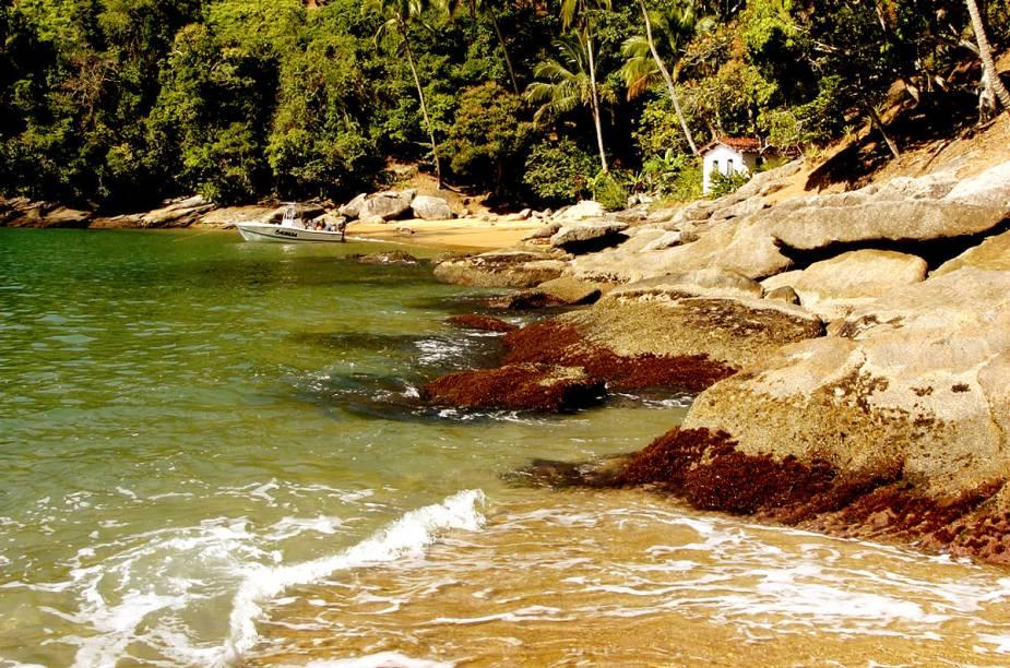 Praia da Fome, em Ilhabela, é calma e limpa - perfeita para mergulho ou snorkel. O acesso à ela é por uma trilha a pé ou de barco