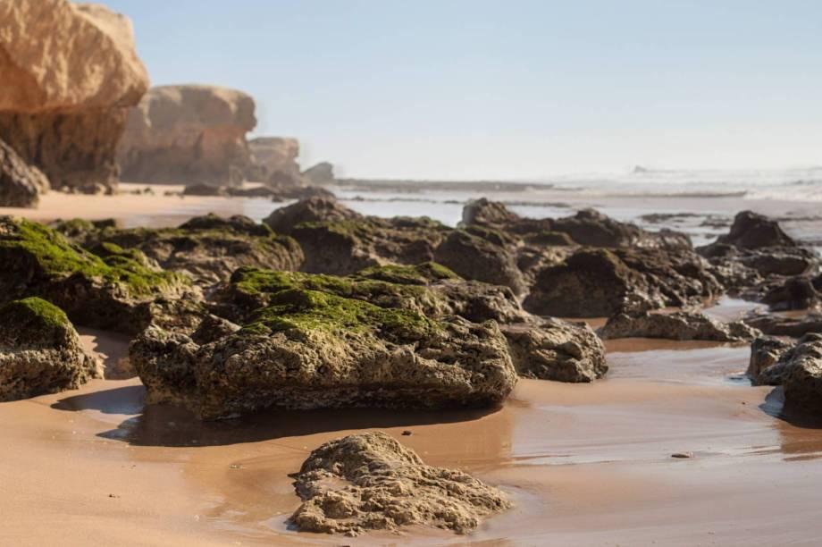 """Albufeira, em Algarve, é uma das regiões com as mais belas praias de <a href=""""http://viagemeturismo.abril.com.br/paises/portugal/"""" target=""""_blank"""" rel=""""noopener noreferrer"""">Portugal</a>. Uma delas é a Praia da Galé, que é famosa por suas maravilhosas dunas e falésias, as quais dividem sua faixa de areia em duas partes.<a href=""""http://www.booking.com/landmark/pt/gale-beach.en-gb.html?aid=332455&label=viagemabril-praiasportugal"""" target=""""_blank"""" rel=""""noopener noreferrer""""><em>Reserve o seu hotel na praia da Galé através do Booking.com</em></a>"""