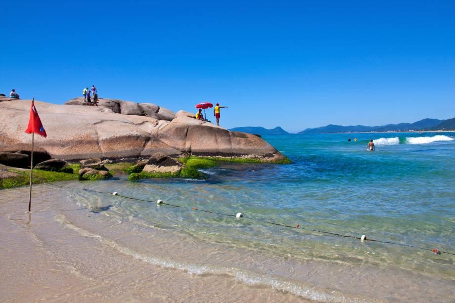 """<strong><a href=""""http://viajeaqui.abril.com.br/estabelecimentos/br-sc-florianopolis-atracao-praia-joaquina"""" target=""""_blank"""">Praia da Joaquina</a> – <a href=""""http://viajeaqui.abril.com.br/cidades/br-sc-florianopolis"""" target=""""_blank"""">Florianópolis (SC)</a></strong>"""