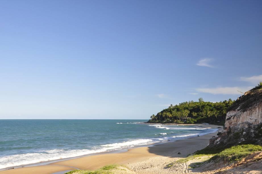 """Durante a estadia em <strong><a href=""""http://viajeaqui.abril.com.br/cidades/br-rn-natal"""" rel=""""Natal"""" target=""""_self"""">Natal</a></strong>, estique a viagem para conhecer a <strong><a href=""""http://viajeaqui.abril.com.br/cidades/br-rn-praia-da-pipa"""" rel=""""Praia da Pipa"""" target=""""_self"""">Praia da Pipa</a></strong>. Distante a aproximadamente 80 km da capital, ela tem uma atmosfera hippie e jovial, com mar azul repleto de golfinhos"""