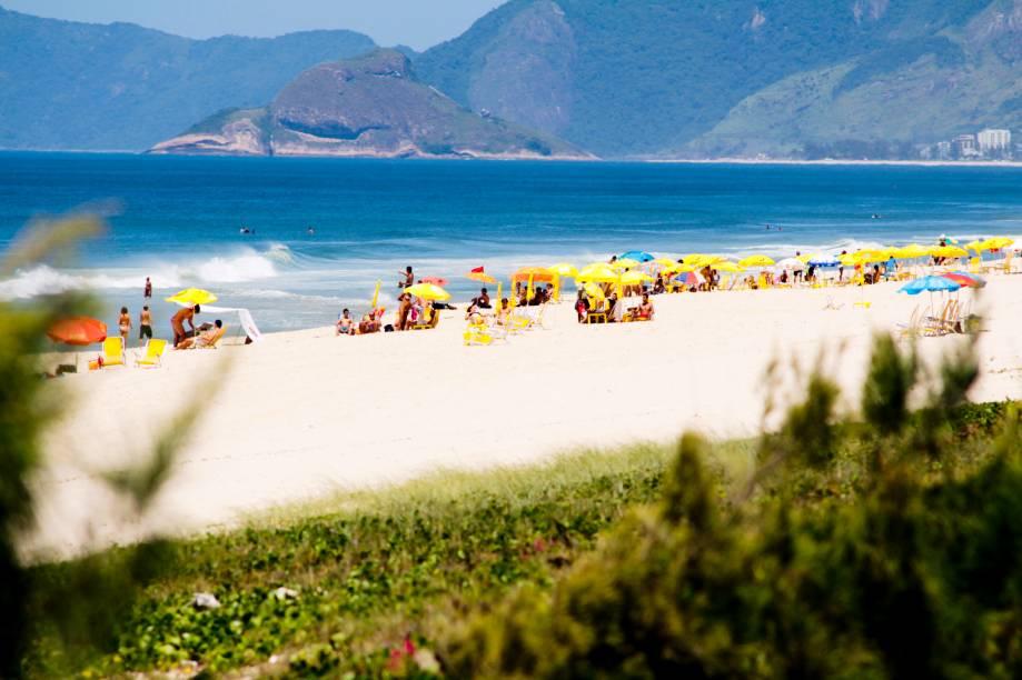 """<a href=""""http://viajeaqui.abril.com.br/estabelecimentos/br-rj-rio-de-janeiro-atracao-praia-da-reserva"""" rel=""""Praia da Reserva """" target=""""_blank""""><strong>Praia da Reserva </strong></a>Tem esse nome pela sua proximidade com a Área de Proteção Ambiental de Marapendi, que empresta um pouco do seu verde ao visual. A extensão avantajada faz com que a praia nunca fique lotada"""