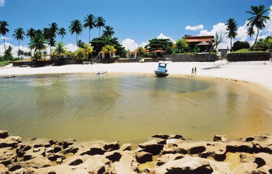 """<a href=""""http://viajeaqui.abril.com.br/estabelecimentos/br-pe-porto-de-galinhas-atracao-das-cacimbas"""" rel=""""Praia das Cacimbas - Porto de Galinhas"""" target=""""_blank""""><strong>Praia das Cacimbas - Porto de Galinhas</strong></a>                    Na maré baixa uma grande barreira de pedras forma uma piscina natural com águas mornas. A praia é pouco frequentada por turistas."""
