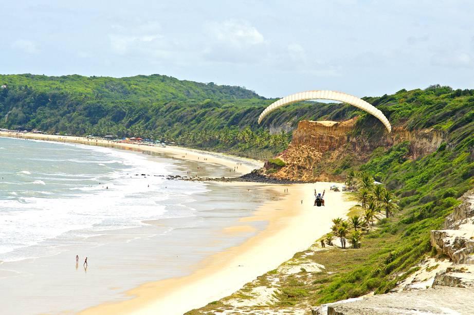 """<strong><a href=""""http://viajeaqui.abril.com.br/estabelecimentos/br-rn-tibau-do-sul-atracao-de-cacimbinhas"""" target=""""_self"""">Praia de Cacimbinhas</a>, <a href=""""http://viajeaqui.abril.com.br/cidades/br-rn-tibau-do-sul"""" target=""""_self"""">Tibau do Sul</a> </strong> Apesar do pouco movimento, o mar a se perder de vista e a areia clara atraem praticantes de surfe e kitesurfe. Do alto de suas falésias, antes de descer as escadas, é possível ter uma visão privilegiada da região <em><a href=""""http://www.booking.com/city/br/tibau-do-sul.pt-br.html?aid=332455&label=viagemabril-praias-do-rio-grande-do-norte"""" target=""""_blank"""" rel=""""noopener"""">Veja preços de hotéis em Tibau do Sul no Booking.com</a></em>"""