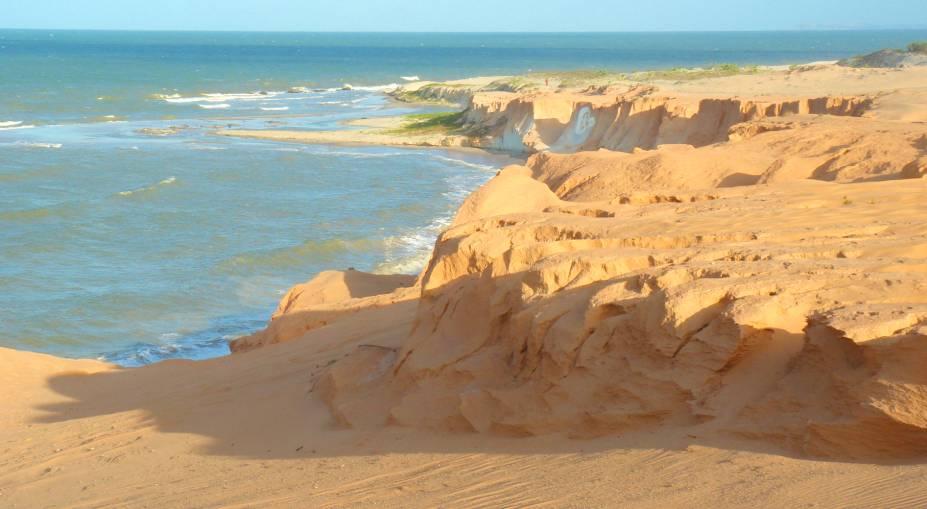 As falésias são o grande destaque da paisagem, sobretudo com a famosa imagem de uma lua e uma estrela esculpida em uma parede de areia. Outro belo destaque são as dunas e o céu, constantemente colorido por praticantes de voo livre