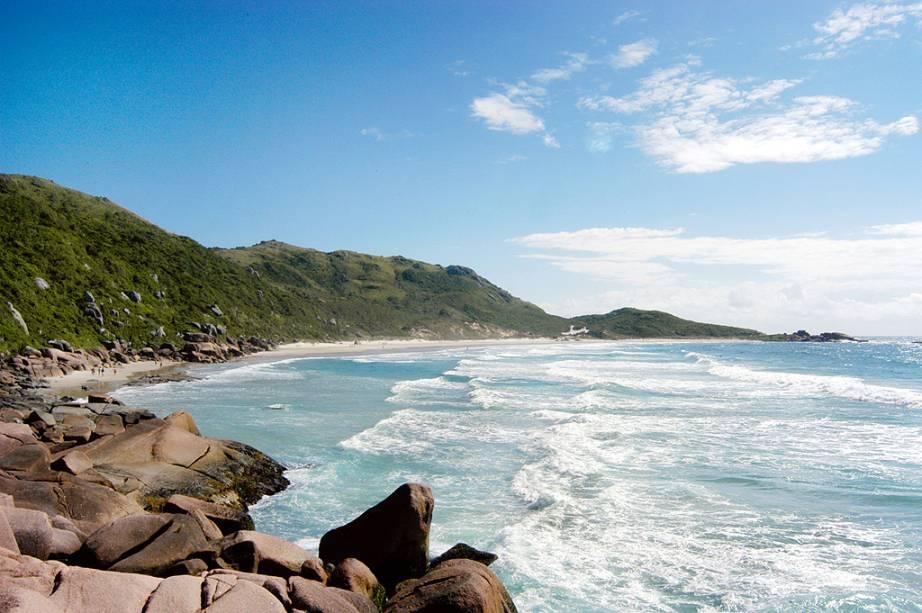 """<strong>1.<a href=""""http://viajeaqui.abril.com.br/estabelecimentos/br-sc-florianopolis-atracao-praia-galheta"""" rel=""""Galheta, Florianópolis, Santa Catarina"""">Galheta, Florianópolis, Santa Catarina</a></strong>O isolamento transformou a praia no lugar favorito dos naturistas – mas não é preciso tirar a roupa para frequentar os pedaços mais preservados da ilha. Partindo do canto esquerdo da Praia Mole, é só caminhar 15 minutos, sobre pedras, para encontrar mar mais calmo e a pequena faixa de areia protegida por costões"""