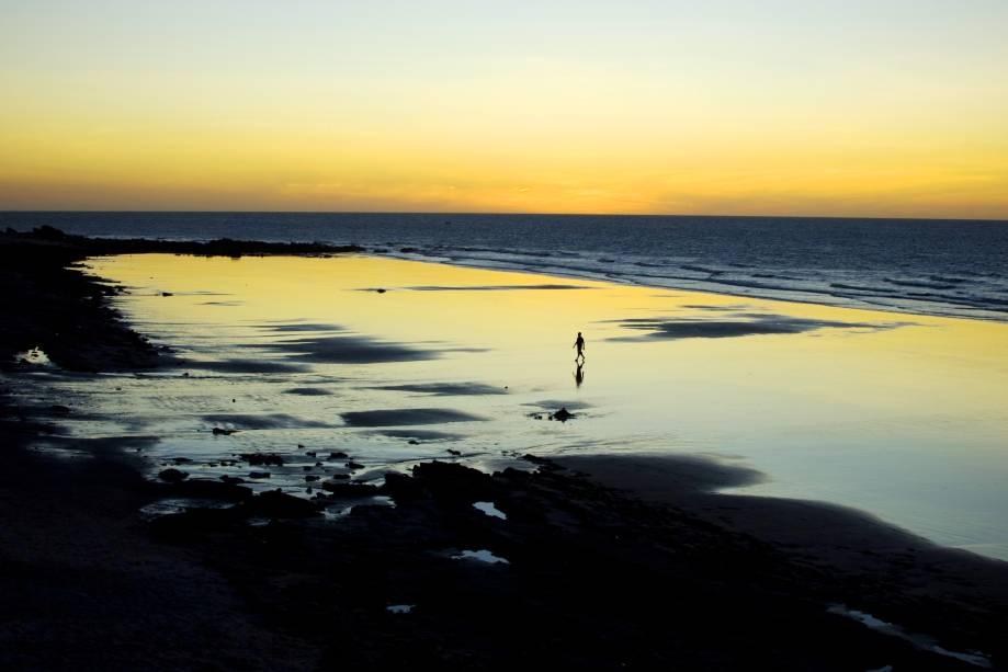 """Se você procura um cenário encantador, misturado à badalação, Jeri é o seu destino ideal. Por aqui, pedras na areia, mar de ondas calmas e a bela visão da <a href=""""http://viajeaqui.abril.com.br/estabelecimentos/br-ce-jericoacoara-atracao-duna-do-por-do-sol"""" target=""""_self"""">Duna do Pôr do Sol</a> atraem turistas do mundo inteiro. No centro, bares e restaurantes entretêm o visitante"""