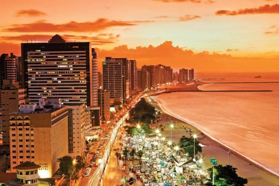 "<strong>3. <a href=""/cidades/br-ce-fortaleza"" rel=""Fortaleza"" target=""_blank"">Fortaleza</a> (4 dias)</strong>    Sempre quente e sempre lotada de turistas, a capital cearense conta com megabarracas cheias de mimos na <a href=""http://viajeaqui.abril.com.br/estabelecimentos/br-ce-fortaleza-atracao-praia-do-futuro"" rel=""Praia do Futuro"">Praia do Futuro</a>, bons programas culturais e um suculento cardápio de bons restaurantes de frutos do mar."