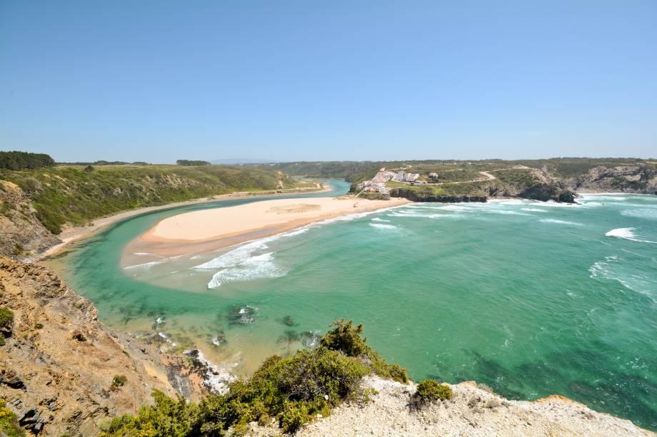 """É durante a maré baixa que surge o melhor atributo dessa praia: as piscinas naturais! Ela também é cercada por falésias e, ao sul, conta com uma ilhota satélite, a Praia de Adegas.<a href=""""http://www.booking.com/city/pt/praia-de-odeceixe.en-gb.html?aid=332455&label=viagemabril-praiasportugal"""" target=""""_blank"""" rel=""""noopener noreferrer""""><em>Reserve o seu hotel na praia de Odeceixe através do Booking.com</em></a>"""