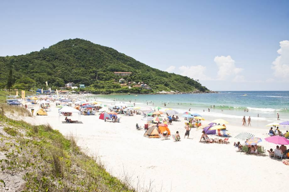 """<strong>9. Praia de Quatro Ilhas, Bombinhas</strong> O clima aqui é de paquera. Apesar do nome, apenas três ilhas podem ser vistas da praia: do Arvoredo, do Macuco e da Galé.<strong></strong><a href=""""https://www.booking.com/searchresults.pt-br.html?aid=332455&lang=pt-br&sid=eedbe6de09e709d664615ac6f1b39a5d&sb=1&src=index&src_elem=sb&error_url=https%3A%2F%2Fwww.booking.com%2Findex.pt-br.html%3Faid%3D332455%3Bsid%3Deedbe6de09e709d664615ac6f1b39a5d%3Bsb_price_type%3Dtotal%26%3B&ss=Praia+de+Quatro+Ilhas%2C+Bombinhas%2C+Santa+Catarina%2C+Brasil&checkin_monthday=&checkin_month=&checkin_year=&checkout_monthday=&checkout_month=&checkout_year=&no_rooms=1&group_adults=2&group_children=0&from_sf=1&ss_raw=Praia+de+Quatro+Ilhas+&ac_position=0&ac_langcode=xb&dest_id=16020&dest_type=district&search_pageview_id=a9436f24733f04e6&search_selected=true&search_pageview_id=a9436f24733f04e6&ac_suggestion_list_length=5&ac_suggestion_theme_list_length=0&map=1"""" target=""""_blank"""" rel=""""noopener""""><em>Busque hospedagens na Praia de Quatro Ilhas no Booking.com</em></a>"""
