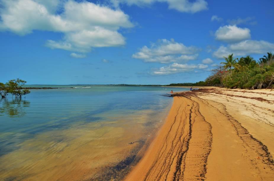 "<strong>Praia de Santo André, Santo André</strong> Considerada a principal praia do vilarejo baiano, ela concentra a maior parte dos hotéis e das pousadas da região. O cenário, formado por areia clarinha e mar manso, é um convite ao visitante para relaxar.<a href=""https://www.booking.com/searchresults.pt-br.html?aid=332455&sid=605c56653290b80351df808102ac423d&sb=1&src=searchresults&src_elem=sb&error_url=https%3A%2F%2Fwww.booking.com%2Fsearchresults.pt-br.html%3Faid%3D332455%3Bsid%3D605c56653290b80351df808102ac423d%3Bcity%3D-635449%3Bclass_interval%3D1%3Bdest_id%3D-676554%3Bdest_type%3Dcity%3Bdtdisc%3D0%3Bfrom_sf%3D1%3Bgroup_adults%3D2%3Bgroup_children%3D0%3Binac%3D0%3Bindex_postcard%3D0%3Blabel_click%3Dundef%3Bno_rooms%3D1%3Boffset%3D0%3Bpostcard%3D0%3Braw_dest_type%3Dcity%3Broom1%3DA%252CA%3Bsb_price_type%3Dtotal%3Bsearch_selected%3D1%3Bsrc%3Dsearchresults%3Bsrc_elem%3Dsb%3Bss%3DTrancoso%252C%2520Bahia%252C%2520Brasil%3Bss_all%3D0%3Bss_raw%3DTrancoso%3Bssb%3Dempty%3Bsshis%3D0%3Bssne_untouched%3DCara%25C3%25ADva%26%3B&ss=Santo+Andr%C3%A9%2C+Bahia%2C+Brasil&ssne=Trancoso&ssne_untouched=Trancoso&city=-676554&checkin_monthday=&checkin_month=&checkin_year=&checkout_monthday=&checkout_month=&checkout_year=&group_adults=2&group_children=0&no_rooms=1&from_sf=1&ss_raw=Santo+Andr%C3%A9&ac_position=1&ac_langcode=xb&dest_id=-669418&dest_type=city&place_id_lat=-16.25287&place_id_lon=-39.01994&search_pageview_id=6f7c91fde4f70157&search_selected=true&search_pageview_id=6f7c91fde4f70157&ac_suggestion_list_length=5&ac_suggestion_theme_list_length=0"" target=""_blank"" rel=""noopener""><em>Busque hospedagens em Santo André</em></a>"