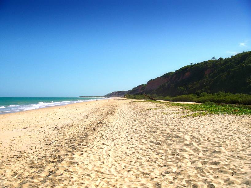 "<strong>Praia Taípe, Arraial dÁjuda</strong> Quem consegue resistir aos encantos de uma praia deserta? Taípe é assim, pura delícia! Ao visitá-la, prepare-se para encontrar uma natureza bem preservada, um mar azul intenso e muito agitado e falésias altas e coloridas, que se tornaram o cartão-postal da região.<a href=""https://www.booking.com/searchresults.pt-br.html?aid=332455&sid=605c56653290b80351df808102ac423d&sb=1&src=searchresults&src_elem=sb&error_url=https%3A%2F%2Fwww.booking.com%2Fsearchresults.pt-br.html%3Faid%3D332455%3Bsid%3D605c56653290b80351df808102ac423d%3Bcity%3D-667833%3Bclass_interval%3D1%3Bdest_id%3D-663864%3Bdest_type%3Dcity%3Bdtdisc%3D0%3Bfrom_sf%3D1%3Bgroup_adults%3D2%3Bgroup_children%3D0%3Biata%3DBPS%3Binac%3D0%3Bindex_postcard%3D0%3Blabel_click%3Dundef%3Bno_rooms%3D1%3Boffset%3D0%3Bpostcard%3D0%3Braw_dest_type%3Dcity%3Broom1%3DA%252CA%3Bsb_price_type%3Dtotal%3Bsearch_selected%3D1%3Bsrc%3Dsearchresults%3Bsrc_elem%3Dsb%3Bss%3DPorto%2520Seguro%252C%2520Bahia%252C%2520Brasil%3Bss_all%3D0%3Bss_raw%3DPorto%2520Seguro%3Bssb%3Dempty%3Bsshis%3D0%3Bssne_untouched%3DSalvador%26%3B&ss=Arraial+d%27Ajuda%2C+Bahia%2C+Brasil&ssne=Porto+Seguro&ssne_untouched=Porto+Seguro&city=-663864&checkin_monthday=&checkin_month=&checkin_year=&checkout_monthday=&checkout_month=&checkout_year=&group_adults=2&group_children=0&no_rooms=1&from_sf=1&ss_raw=Arraial+d%C3%81juda&ac_position=0&ac_langcode=xb&dest_id=-657188&dest_type=city&place_id_lat=-16.488386&place_id_lon=-39.078304&search_pageview_id=a47892c566ea0352&search_selected=true&search_pageview_id=a47892c566ea0352&ac_suggestion_list_length=5&ac_suggestion_theme_list_length=0"" target=""_blank"" rel=""noopener""><em>Busque hospedagens em Arraial dÁjuda</em></a>"