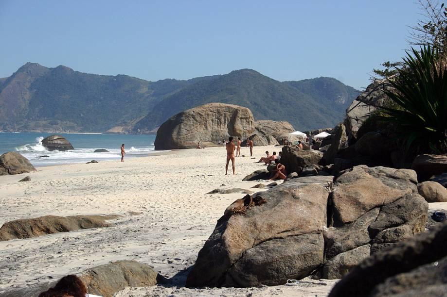 """<strong>5.<a href=""""http://viajeaqui.abril.com.br/estabelecimentos/br-rj-rio-de-janeiro-atracao-praia-de-grumari"""" rel=""""Praia do Abricó (Praia de Grumari), Rio de Janeiro (RJ)"""">Praia do Abricó (Praia de Grumari), Rio de Janeiro</a></strong>Em área de preservação ambiental, é uma das praias mais bonitas do Rio, cercada por morros com vegetação de restinga. Vale a pena prestar atenção na paisagem durante o trajeto: o acesso, pela Av. Estado da Guanabara, é encantador. A parte naturista de Grumari toma o nome de Praia do Abricó e fica no canto esquerdo da orla. As ondas são fortes e atraem surfistas"""
