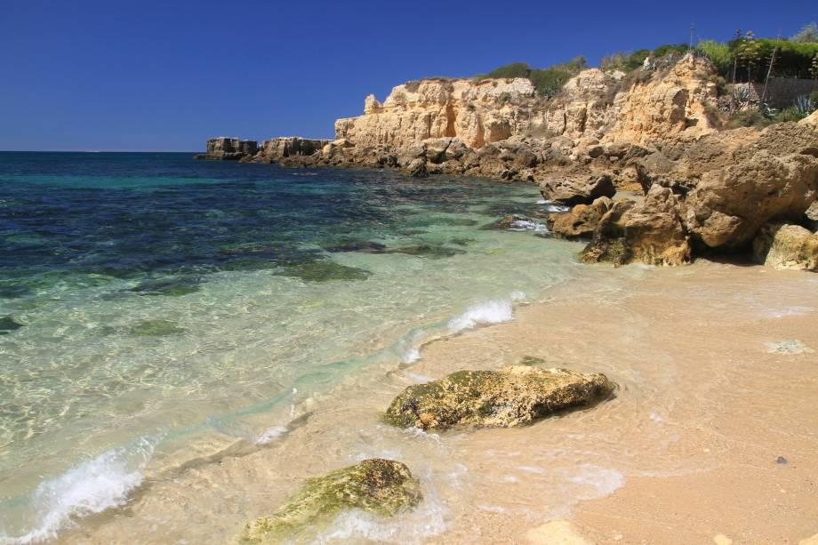 Característicos paredões rochosos de nove metros de altura – que lembram um castelo e dão nome à praia –contornam os 200 metros de areia da praia. Mas ela não é só isso. Outras várias praias satélites e enseadas enriquecem a região. Ruínas de um forte, construído no século 16 para deter piratas africanos, também são uma atração à parte