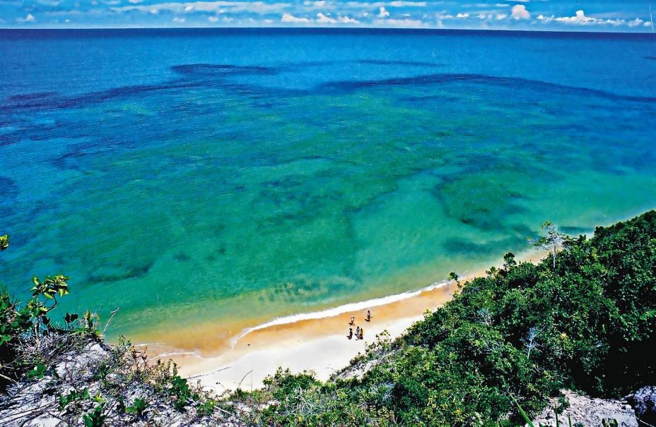 """<a href=""""http://viajeaqui.abril.com.br/estabelecimentos/br-ba-praia-do-espelho-atracao-praia-do-espelho"""" target=""""_blank"""" rel=""""noopener""""><strong>Praia do Espelho (BA) </strong></a> Já entrou no ranking do GUIA QUATRO RODAS das praias mais belas do Brasil por vezes consecutivas. A praia reúne todos os elementos que a transformam em um paraíso: águas mornas, tranquilas e limpas, falésias e uma boa estrutura para turistas. É possível fazer um bate-volta partindo de Trancoso ou de Porto Seguro <a href=""""http://www.booking.com/city/br/praia-do-espelho.pt-br.html?aid=332455&label=viagemabril-voltapelobrasil"""" target=""""_blank"""" rel=""""noopener""""><em>Veja hotéis na Praia do Espelho no booking.com</em></a>"""