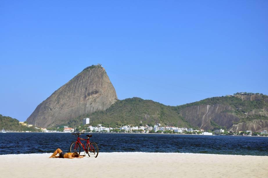 As curvas do Pão de Açúcar e do Morro da Urca agora vistos da <strong>Praia do Flamengo</strong>.