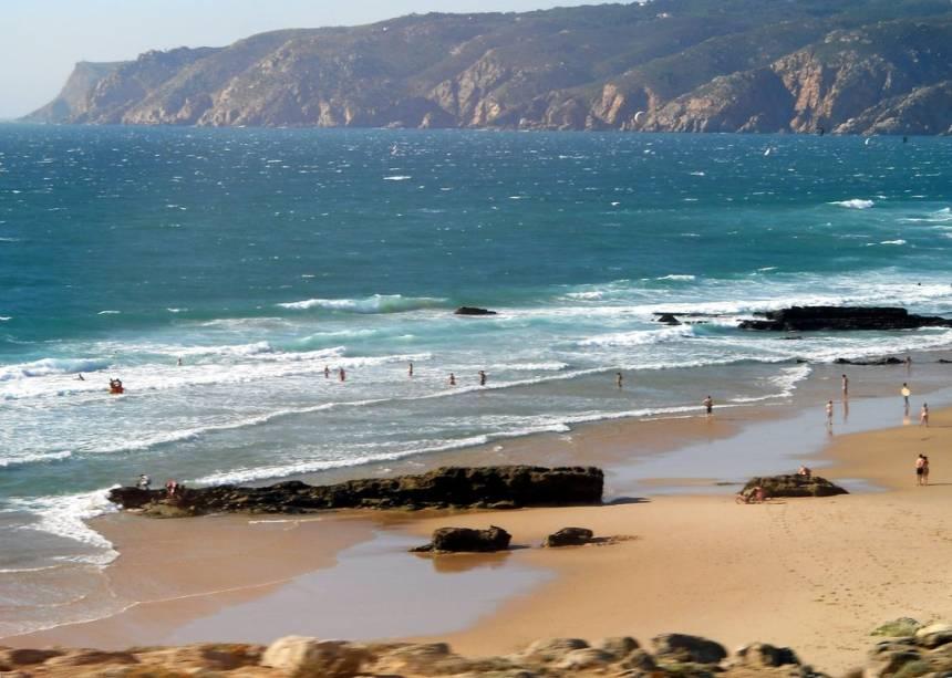"""Além de ser linda, essa praia ainda é uma das mais ventosas de <a href=""""http://viajeaqui.abril.com.br/paises/portugal"""" target=""""_blank"""" rel=""""noopener noreferrer"""">Portugal</a>, sendo ideal para a prática de esportes como surfe, windsurfe e kitesurf. Todos os anoos, chega até a abrigar eventos e competições ligadas ao mundo dos esportes aquáticos.<a href=""""http://www.booking.com/city/pt/cascais.html?aid=332455&label=viagemabril-praiasportugal"""" target=""""_blank"""" rel=""""noopener noreferrer""""><em>Reserve o seu hotel em Cascais através do Booking.com</em></a>"""